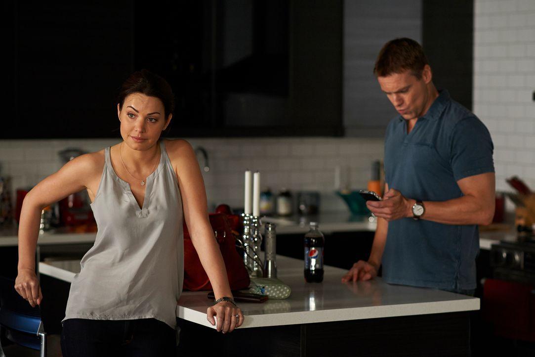 Während Alex (Erica Durance, l.) die Leitung des Trauma-Teams übernimmt, muss Charlie (Michael Shanks, r.) auch in einer ausweglosen Situation die R... - Bildquelle: 2012  Hope Zee One Inc.
