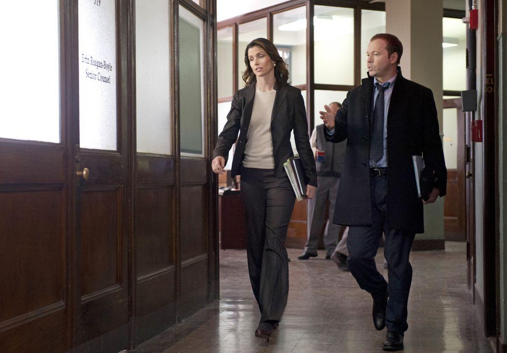 Dadurch, dass Danny (Donnie Wahlberg, r.) seiner Schwester Erin (Bridget Moynahan, l.) das Geheimnis von Jamies Einsatz verrät, riskiert er ungewoll... - Bildquelle: Jojo Whilden 2011 CBS Broadcasting Inc. All Rights Reserved