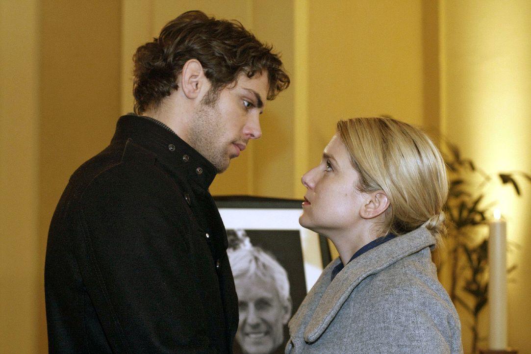 Anna (Jeanette Biedermann, r.) führt Jonas (Roy Peter Link, l.) an einen Ort, wo er um seinen Vater trauern kann. - Bildquelle: Noreen Flynn Sat.1