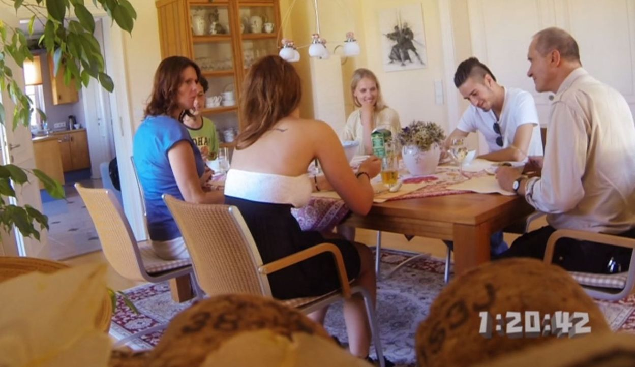Das erste Treffen mit der Familie (Bernd Dechamps, r., Bente Lay, l., Claudia Hinterecker, 3.v.r. und Matthias Renger, 2.v.l.) der neuen Freundin (3... - Bildquelle: SAT.1