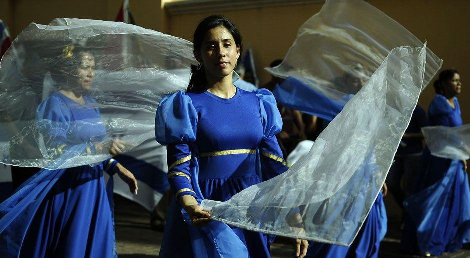 Tänzerinnen in der Kirche