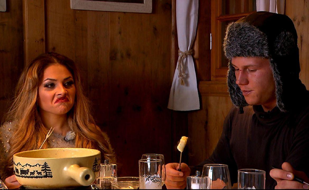 Käsefondue auf einer urigen Hütte ist Nichts für Jedermann: Lory Glory (l.) und der Pole (r.) ... - Bildquelle: ProSieben