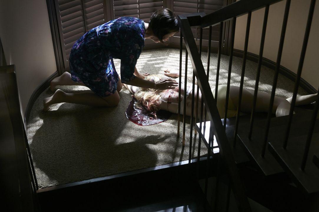Völlig verzweifelt kniet Candee Wilson (Mary Di Mabro, l.) über ihrer blutüberströmten Tochter Julie (Clare Bastable, r.), die auf grausame Weise ge... - Bildquelle: Ian Watson Cineflix 2014