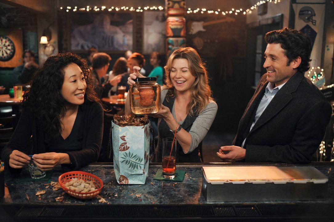 Derek (Patrick Dempsey, r.) hat ein besonderes Geschenk für Meredith (Ellen Pompeo, M.). Cristina (Sandra Oh, l.) ist begeistert ... - Bildquelle: Touchstone Television