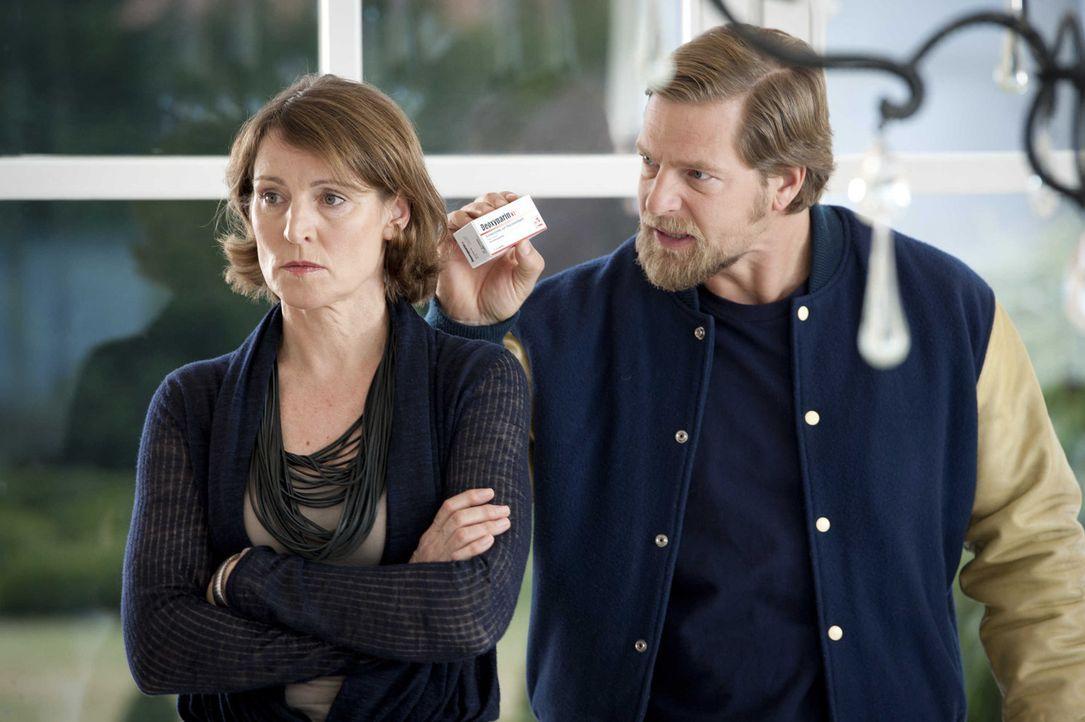 Was hat Frau Prof. Dr. Mittenzwey (Kirsten Block, l.) mit dem ermordeten Kindergärtner zu tun?: Mick (Henning Baum, r.) und Andreas stehen vor einem... - Bildquelle: Martin Rottenkolber SAT.1