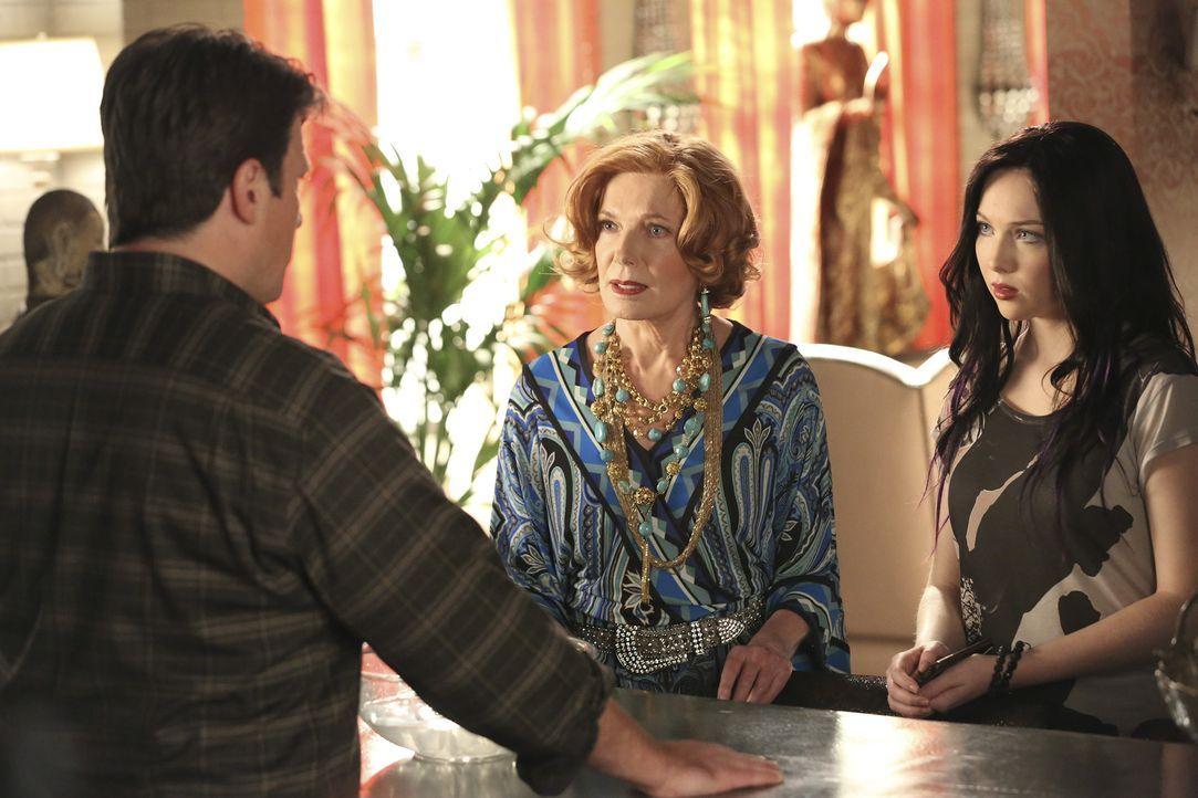 Castle (Nathan Fillion, l.) kann es nicht fassen, er steckt in einer Parallelwelt fest. Seine Tochter Alexis (Molly C. Quinn, r.) und sein Mutter Ma... - Bildquelle: ABC Studios