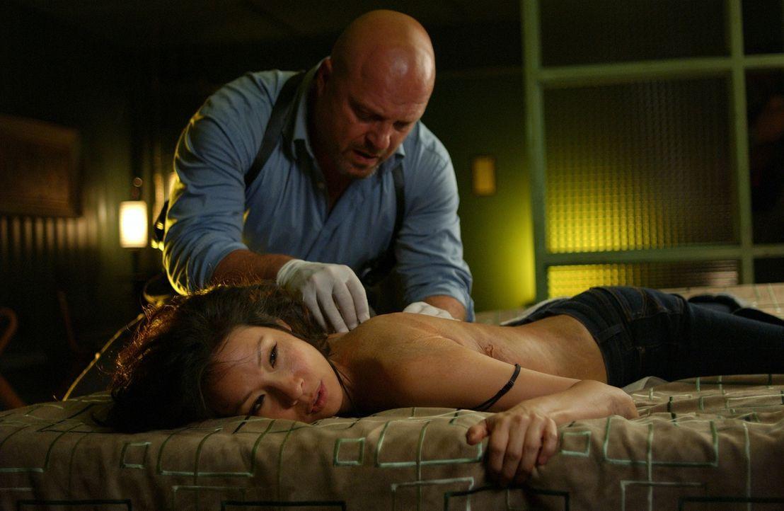 Mit dem Polizisten Rawlins (Michael Chiklis, hinten) an ihrer Seite, der um seine von der Sekte ermordete Tochter trauert, geht Sadie (Lucy Liu, lie...