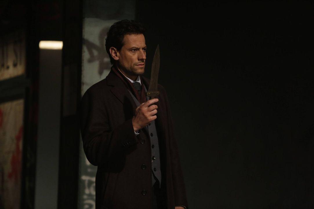 Zu Adams Überraschung hat Henry (Ioan Gruffudd) den Dolch, der ihn das erste Mal tötete ... - Bildquelle: Warner Bros. Television
