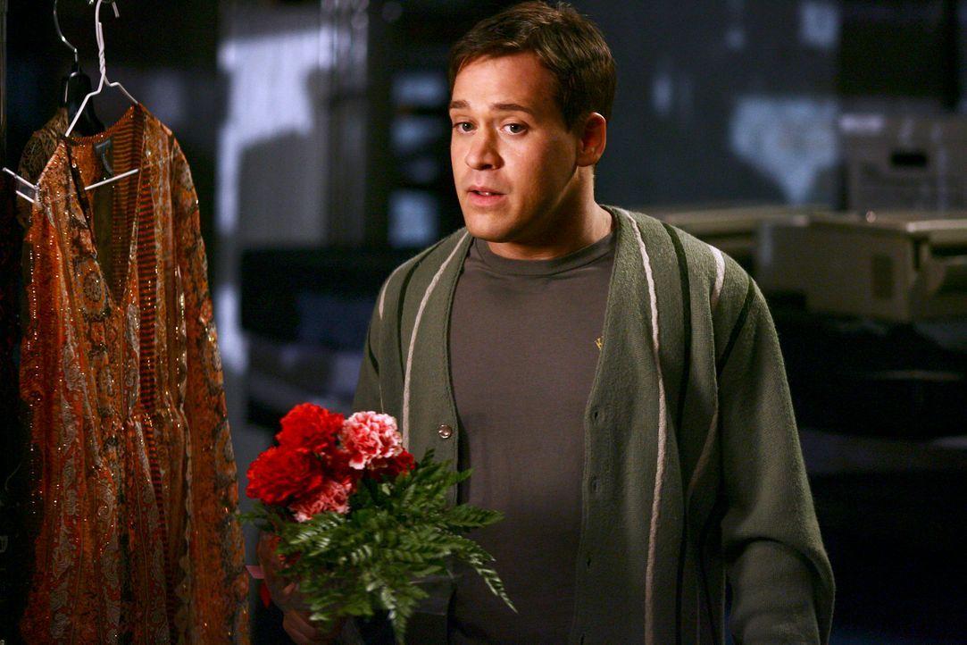 Um George (T.R. Knight) eifersüchtig zu machen, behauptet Callie, es wäre ihre Unterwäsche, die am Schwarzen Brett hing. Der Plan geht auf ... - Bildquelle: Touchstone Television