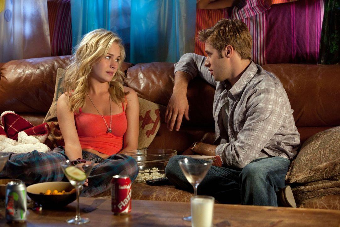 Genießen es Zeit miteinander zu verbringen: Lux (Brittany Robertson, l.) und Eric (Shaun Sipos, r.)... - Bildquelle: The CW   2010 The CW Network, LLC. All Rights Reserved