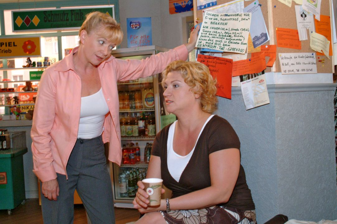 Agnes (Susanne Szell, r.) klagt Helga (Ulrike Mai, l.) ihr Leid, das sie mit ihrem Assistenten Boris hat. - Bildquelle: Monika Schürle Sat.1