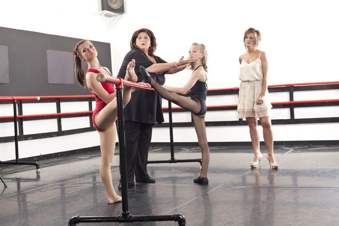 Während Paige (2.v.r.) wegen eines gebrochenen Fußes ausfällt, will Abby (2.v.l.) eigentlich Brook (l.) an deren Stelle tanzen lassen, doch diese ha... - Bildquelle: Barbara Nitke 2012 A+E Networks