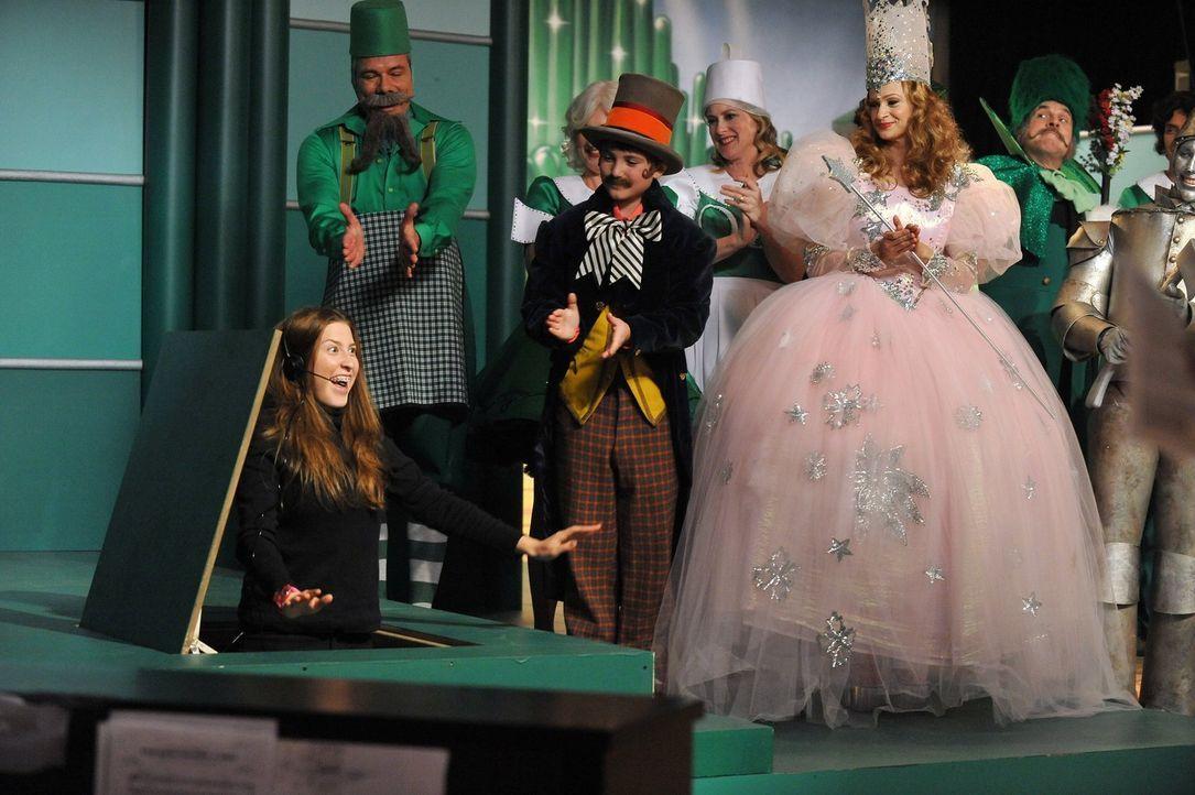Als Frankie hört, dass jeder beim Musical des Orson Community Theater mitmachen kann, sieht sie für Sue (Eden Sher, l.) die Chance, auch mal an etwa... - Bildquelle: Warner Brothers