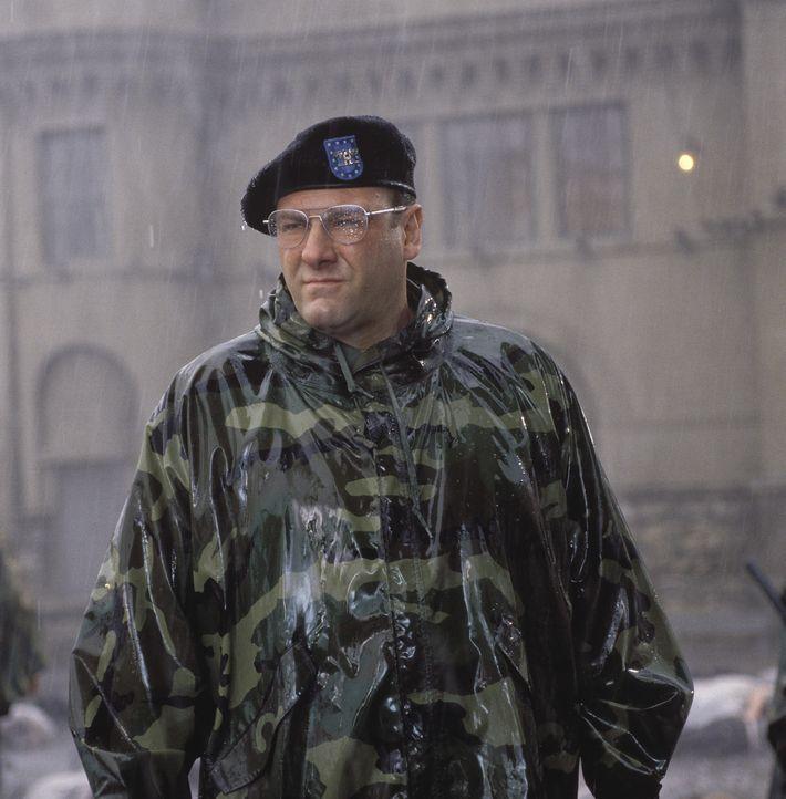 Als Colonel Winter (James Gandolfini) bemerkt, dass die Häftlinge den General mit militärischen Ehren begrüßen, rastet er total aus ... - Bildquelle: TM &   2001 DREAMWORKS LLC. All Rights reserved.