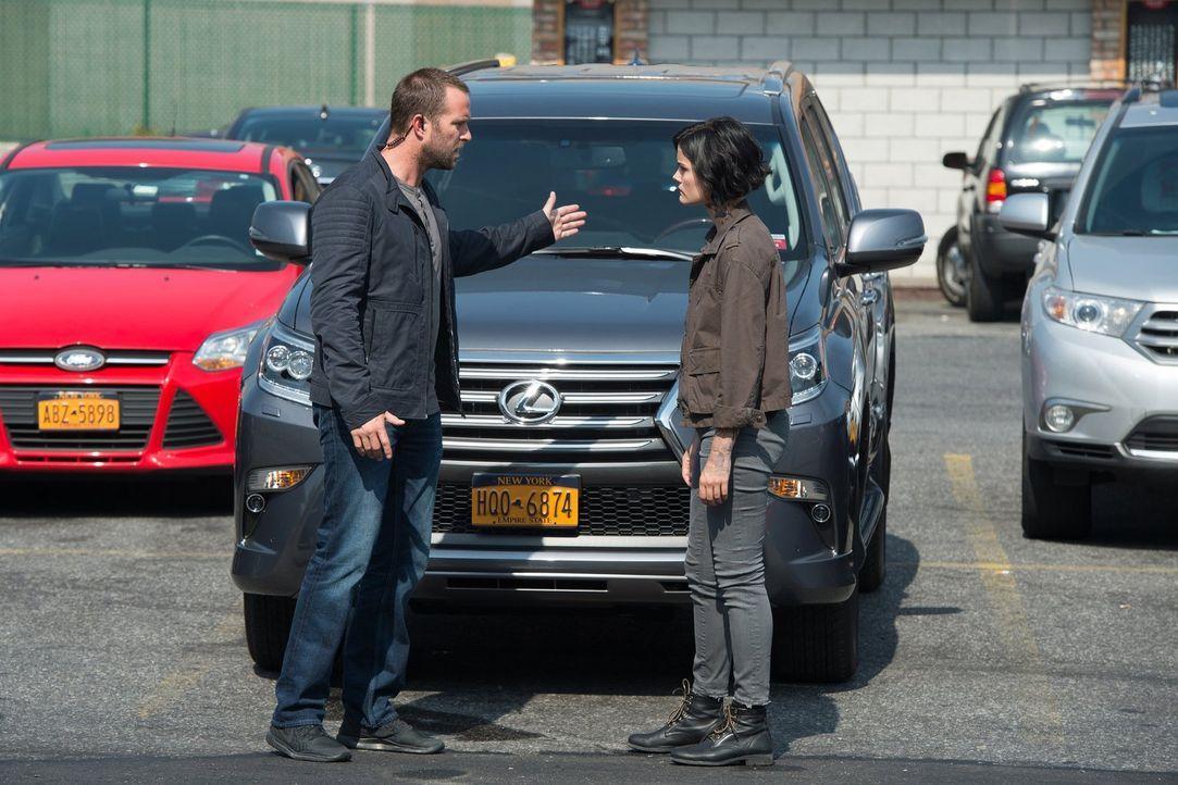 Das FBI um Weller (Sullivan Stapleton, l.) findet heraus, dass Jane (Jaimie Alexander, r.) dasselbe Navy-SEAL-Tattoo hat wie ein jüngst inhaftierter... - Bildquelle: Warner Brothers