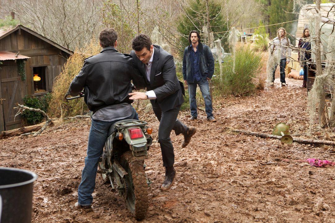 Elijah versucht zu helfen - Bildquelle: Warner Bros. Entertainment Inc.