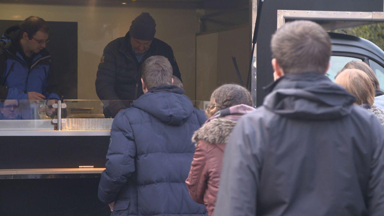 Wie wird das Essen aus dem Foodtruck bei den Kunden ankommen? Frank Rosin (hinten r.) ist gespannt ... - Bildquelle: kabel eins