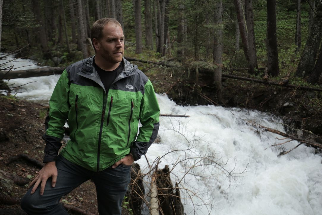 Josh Gates durchforstet den Yellowstone National Park auf der Suche nach dem Schatz des Kunsthändlers Forrest Fenn. Doch hat Josh Fenns Gedicht die... - Bildquelle: 2015,The Travel Channel, L.L.C. All Rights Reserved