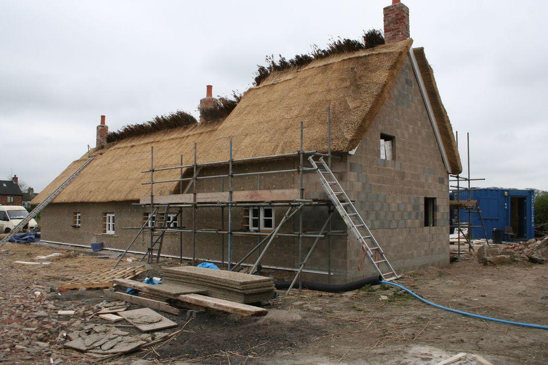 Architekt George Clarke unterstützt Chris und Kelly dabei, ein mit Holzstreben gestütztes Bauernhaus in ein gemeinsames Zuhause für ihre Patchwork-F... - Bildquelle: 2014 Cable News Network, Inc. A TimeWarner Company All rights reserved.