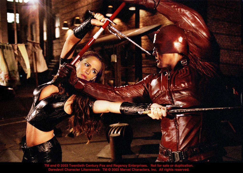 Tagsüber die große Liebe, nachts fliegen die Fetzen: Elektra (Jennifer Garner, l.) und Daredevil (Ben Affleck, r.) ... - Bildquelle: 20th Century Fox