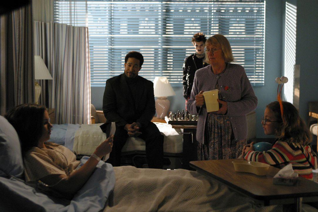 Ein eigenartiger Tag: Joan (Amber Tamblyn, l.) trifft im Krankenhaus auf all die Gestalten (Kathryn Joosten, 2.v.r., Jeffrey Licon, M., John Marshal... - Bildquelle: Sony Pictures Television