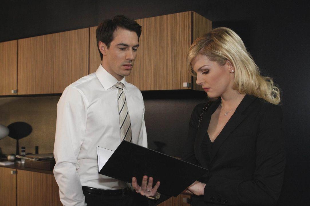 Alexandra (Ivonne Schönherr, r.) setzt Mark (Arne Stephan, l.) die Pistole auf die Brust: Sie vergibt ihm, wenn er den einmaligen Ausrutscher mit M... - Bildquelle: SAT.1