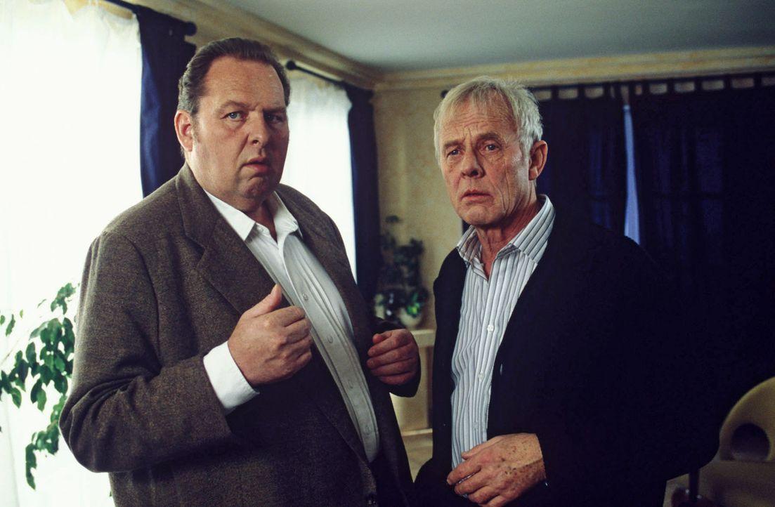 Miller (Rolf Becker, r.) erzählt Benno (Ottfried Fischer, l.) die Gerüchte um den Schatz. - Bildquelle: Magdalena Mate Sat.1
