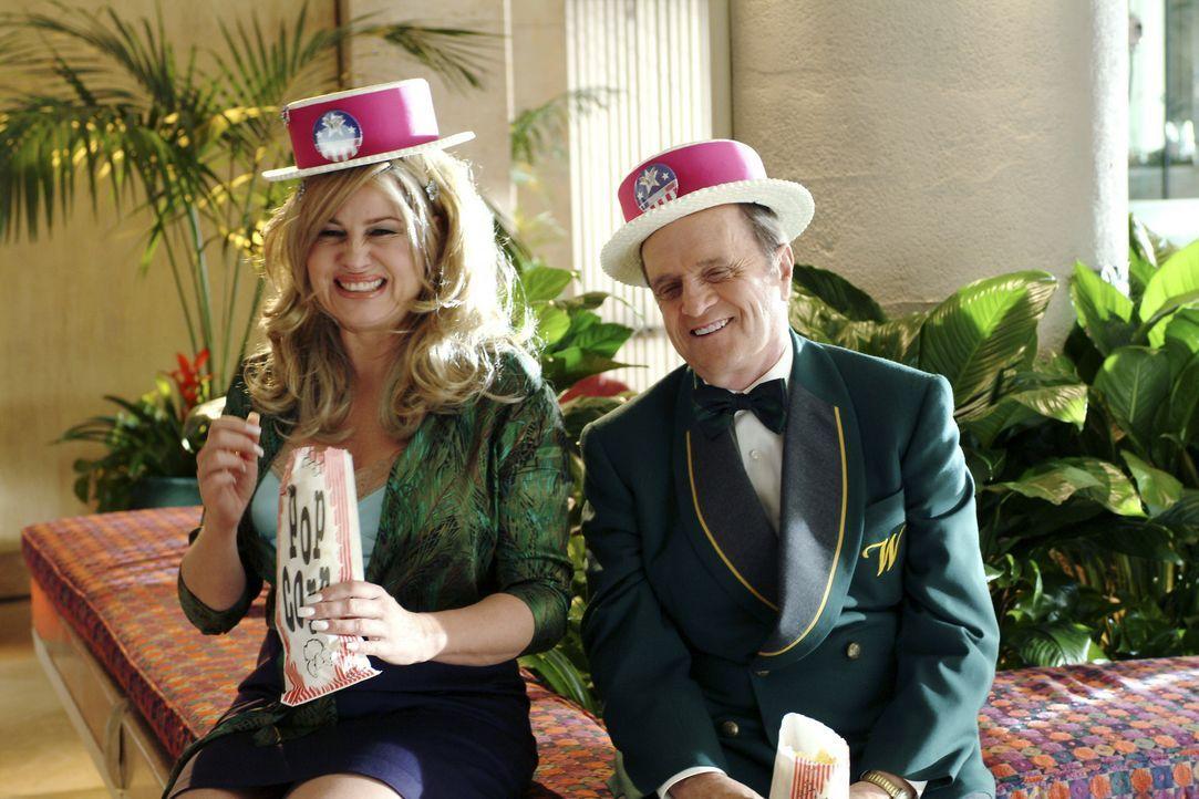 Als Paulette (Jennifer Coolidge, r.) den liebenswerten Hotelportier Sid Post (Bob Newhart, l.) kennen lernt, ist es schon bald um sie geschehen ... - Bildquelle: Metro-Goldwyn-Mayer (MGM)