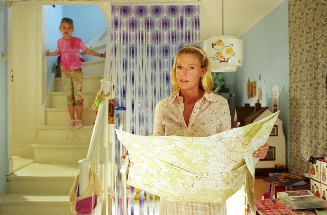 Sophie (Sophie Schütt, r.) wird nichts ahnend von ihrer Tochter Anna (Sophie Karbjinski, l.) beobachtet, als sie auf der Karte nachschaut, wohin Rom... - Bildquelle: Noreen Flynn Sat.1