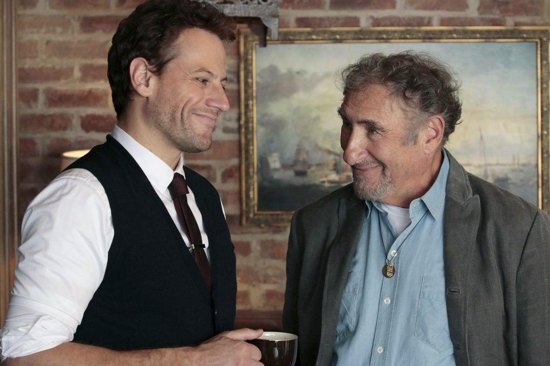 Henry (Ioan Gruffudd, l.) verbringt einen wunderbaren Abend mit Jo bei Abe (Judd Hirsch, r.) ... - Bildquelle: Warner Brothers