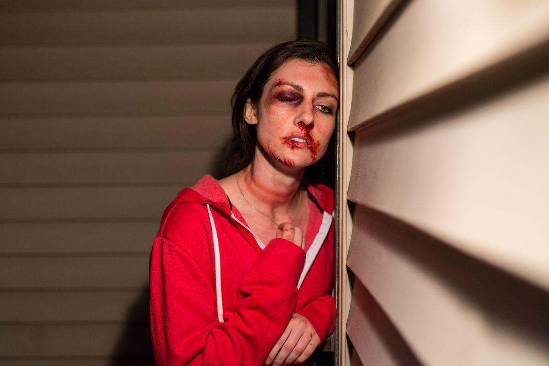 Carrie (Ashley Armstrong) wird auf dem Heimweg von einem Barbesuch entführt und unglaublicher Folter ausgesetzt. Der Täter droht ihr damit, ihre Kin... - Bildquelle: Darren Goldstein Cineflix 2015