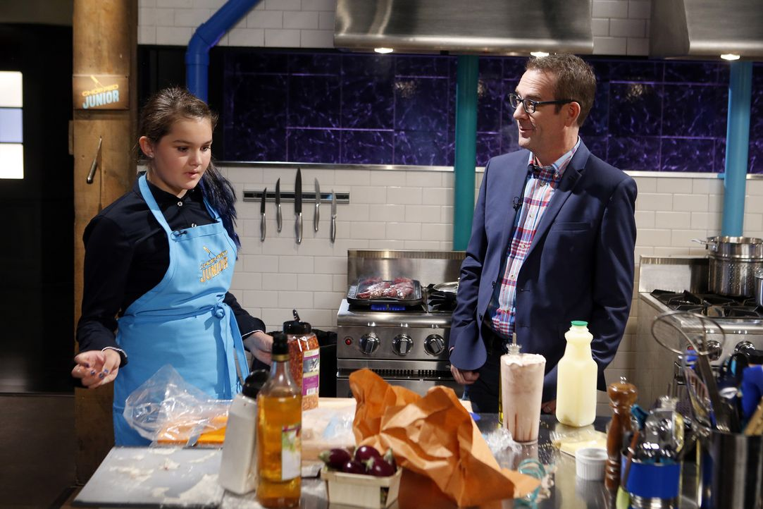 Will mit ihren internationalen Kochkünsten die Chopped-Challenge gewinnen: Junior Chef Talia Thessen (l.). Moderator Ted Allen (r.) läuft bereits da... - Bildquelle: Jason DeCrow 2015, Television Food Network, G.P. All Rights Reserved