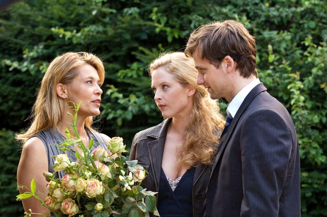 Greta (Diana Amft, M.) stellt ihrer Mutter Christiane (Barbara Rudnik, l.) ihren frisch gebackenen Ehemann David (Florian Stetter, r.) vor. - Bildquelle: Sat.1