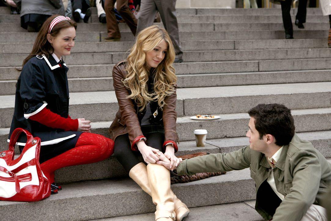 Serena (Blake Lively, M.) wird von Georgina erpresst. Sie weiß etwas über sie, dass auch Dan (Penn Badgley, l.) und Blair (Leighton Meester, l.) nic... - Bildquelle: Warner Bros. Television