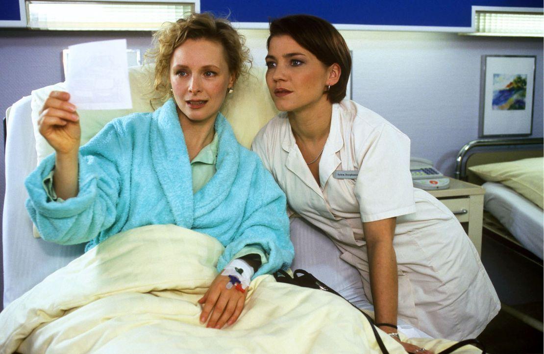 Wer ist die Frau neben ihrem Freund? Sylvia Sandhoff (Marita Marschall, l.) zeigt Stephanie (Claudia Schmutzler, r.) ein Radarfoto, auf dem Julian n... - Bildquelle: Noreen Flynn Sat.1