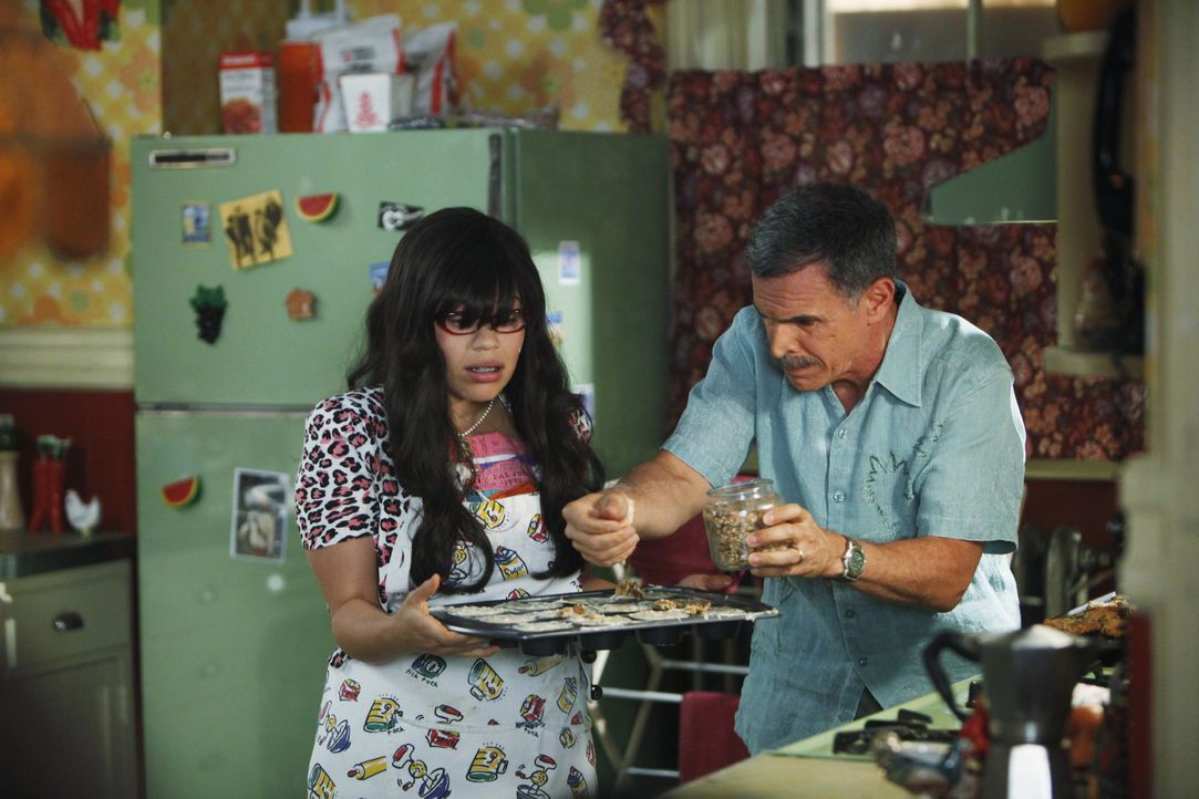 Ignacio (Tony Plana, r.) und Hilda freuen sich für Betty (America Ferrera, l.), als diese als Redakteurin bei MODE anfängt, während Marc ihr den Job... - Bildquelle: Patrick Harbron 2009 American Broadcasting Companies, Inc. All rights reserved.