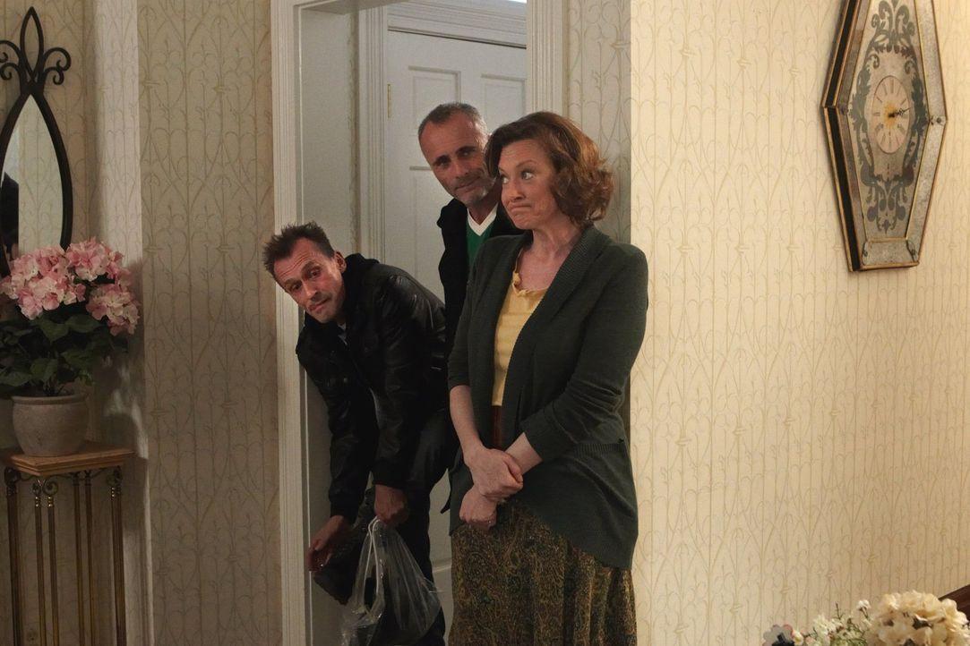 Völlig mit ihren eigenen Problemen beschäftigt, merkt Sheila (Joan Cusack, r.) nicht, dass sie zwei Gangster (Robert Knepper, l., Timothy V. Murphy,... - Bildquelle: 2010 Warner Brothers