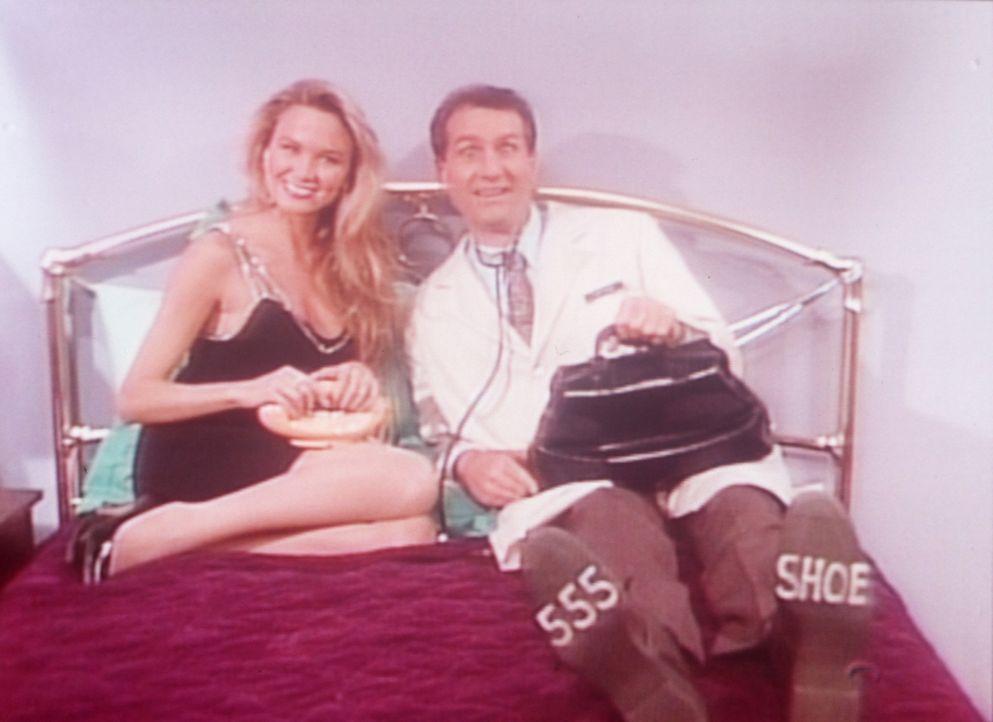Mit der attraktiven Blondine Muffy (Kari Whitman, l.) macht Al (Ed O'Neill, r.) Werbung für seinen Schuh-Notrufservice. - Bildquelle: Columbia Pictures