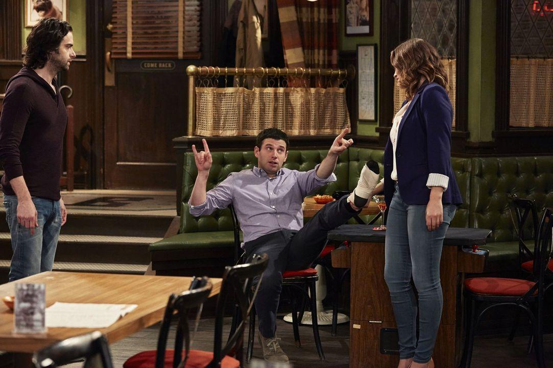 Während Leslie (Bianca Kajlich, r.) angefressen ist, weil Justin (Brent Morin, M.) sich den Fuß verletzt hat, hat Danny (Chris D'Elia, l.) ein beson... - Bildquelle: Warner Brothers