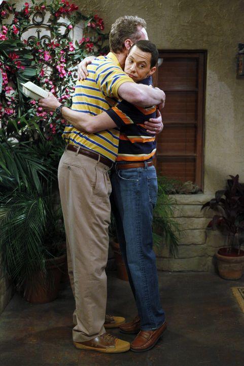 Alan (Jon Cryer, r.) hat mal wieder Pech mit einer Internetbekanntschaft und trifft in seinem Bedürfnis nach menschlicher Nähe mit Judiths Mann Herb... - Bildquelle: Warner Brothers