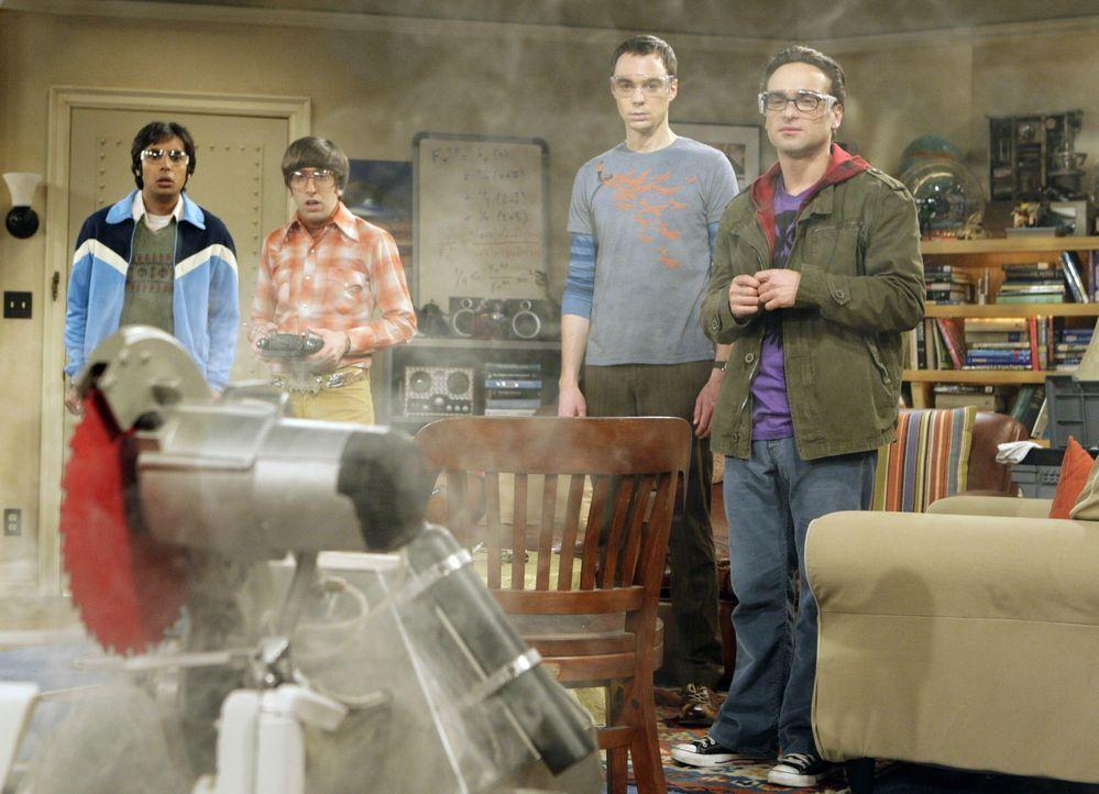 Der Killer-Roboter, den Leonard (Johnny Galecki, r.), Sheldon (Jim Parsons, 2.v.r.), Rajesh (Kunal Nayyar, l.) und Howard (Simon Helberg, 2.v.l.) ge... - Bildquelle: Warner Bros. Television