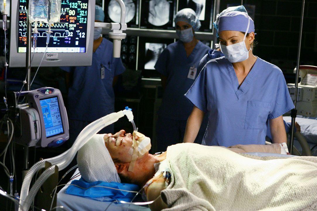 Nachdem klar ist, wer der schwerverletzte Patient ist, machen sich Meredith (Ellen Pompeo, r.) und ihre Kollegen große Sorgen. Denn George (T.R. Kn... - Bildquelle: Touchstone Television