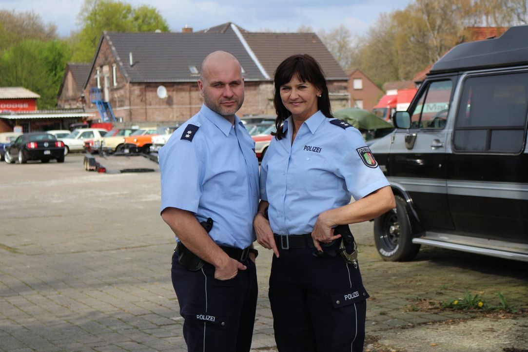 Mit kriminalistischer Intuition und strategisch cleveren Fragen lockt die Duisburger Polizeioberkommissarin Sarah Freitag (r.) gemeinsam mit Polizei... - Bildquelle: SAT.1