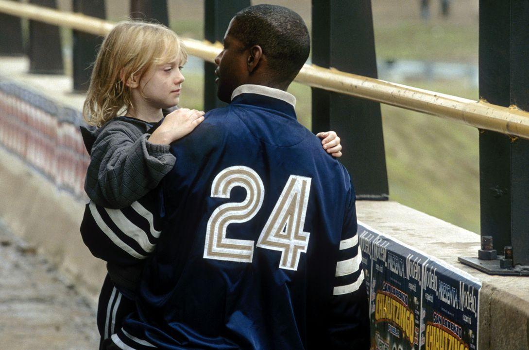 Um die kleine Pita (Dakota Fanning, l.) aus den Fängen der vermeintlichen Entführer zu befreien, begibt Creasy (Denzel Washington, r.) in deren H - Bildquelle: 2004 Epsilon Motion Pictures