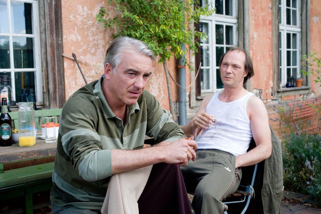 Wider Erwarten freunden sich die beiden gegensätzlichen Männer, Nudist Helmut Steiner (Martin Brambach, r.) und der konservative Textil-Unternehme... - Bildquelle: Sat.1