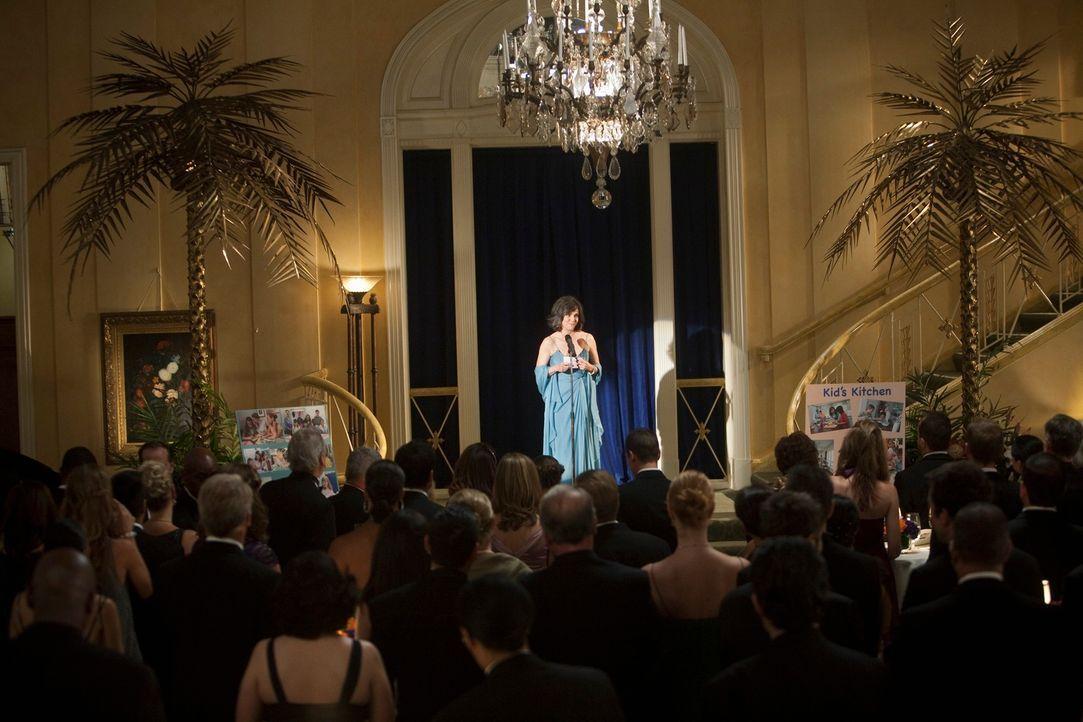 Nora Walker (Sally Field) eröffnet die Benefizgala für das Krebshilfezentrum mit einer ergreifenden Rede ... - Bildquelle: 2009 American Broadcasting Companies, Inc. All rights reserved.