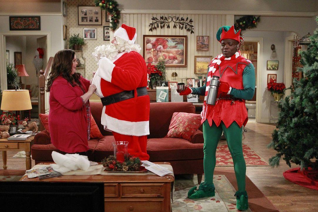 Mike (Billy Gardell, M.) verspricht Molly (Melissa McCarthy, l.), dass er zum Essen am Weihnachtsabend Zuhause sein wird. Doch dann finden er und Ca... - Bildquelle: Warner Brothers