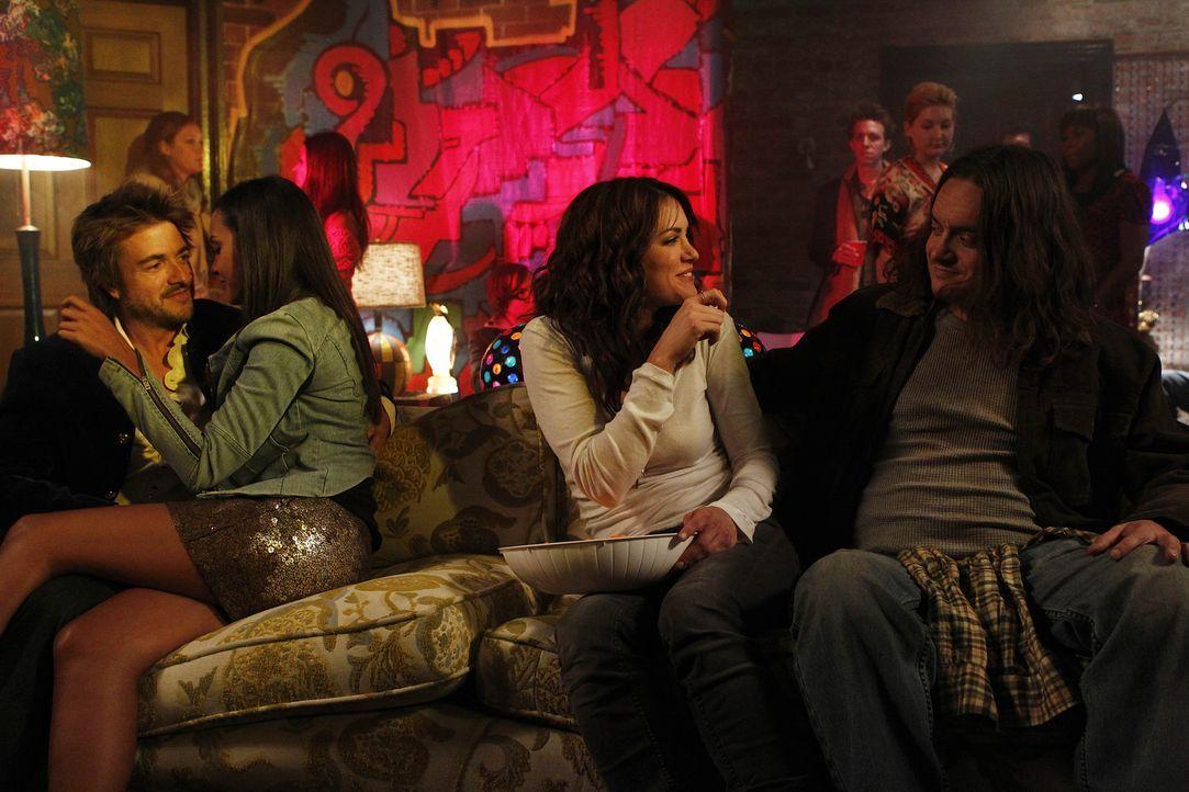 Erleben einen ganz besonderen Abend: Trey (Jeremy Kent Jackson, l.), Riley (Jessica Lucas, 2.v.l.), Sara (Danneel Ackles, 2.v.r.) und Dave (Todd Gie... - Bildquelle: NBC Universal, Inc.