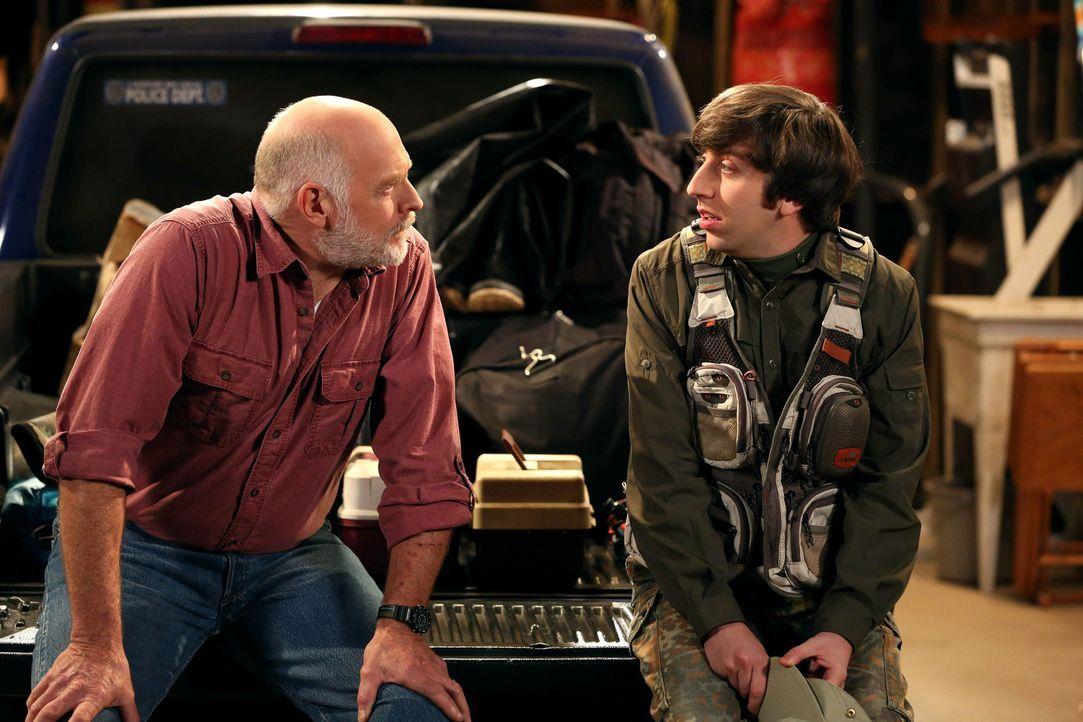 Ein gemeinsamer Angelausflug wartet auf Howard (Simon Helberg, r.) und seinen Schwiegervater (Casey Sander, l.) ... - Bildquelle: Warner Bros. Television