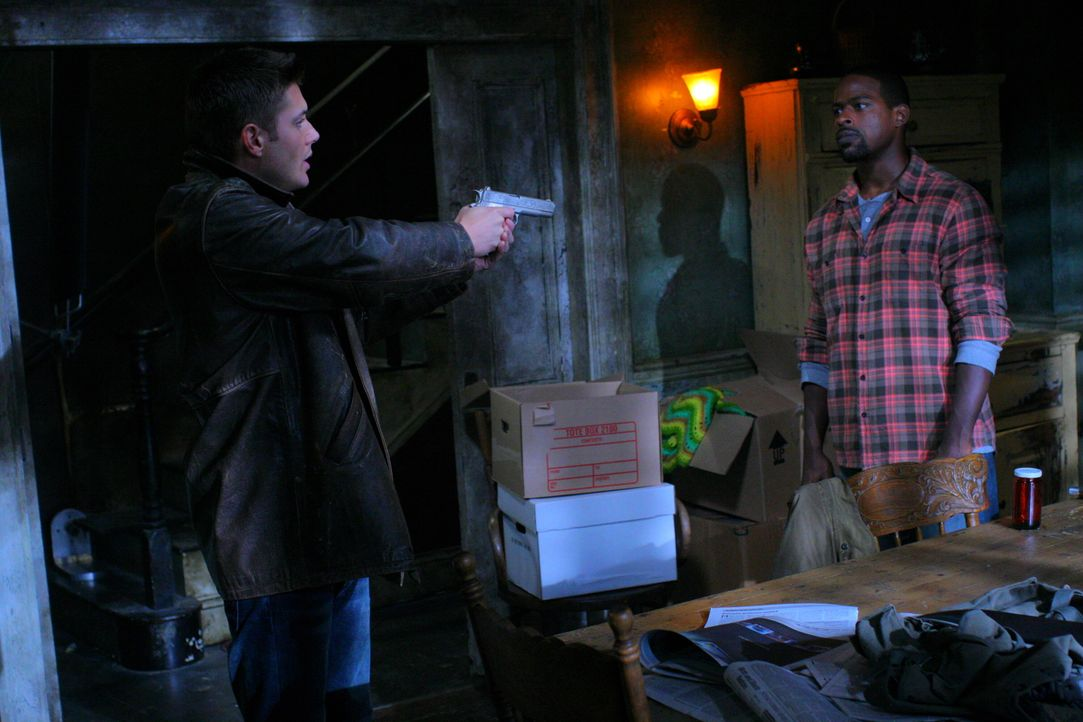 Gordon (Sterling K. Brown, r.) führt nichts Gutes im Schilde - Dean (Jensen Ackles, l.) gelingt es jedoch noch rechtzeitig, den Vampirjäger zu durch... - Bildquelle: Warner Bros. Television